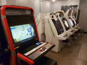 ゲームセンター おきなや (さん) ゲーム筐体風景 撮影 (マニアモデルと同じビルの2階店舗)-01