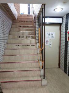3階店舗はマニアモデル。2階は ゲームセンター おきなや (さん) 入口 撮影 (同じ クレインビル 左側 入口階段)-03